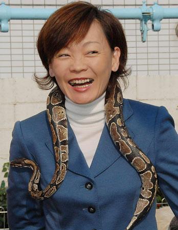 蛇を首にかけられびっくりする安倍夫人.jpg